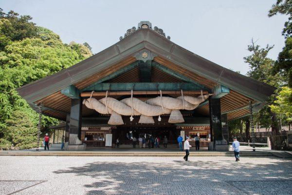 Pavillon des danses du Izumo Taisha et sa grande corde sacrée shimenawa Shimane Japon tourisme hors des sentiers battus
