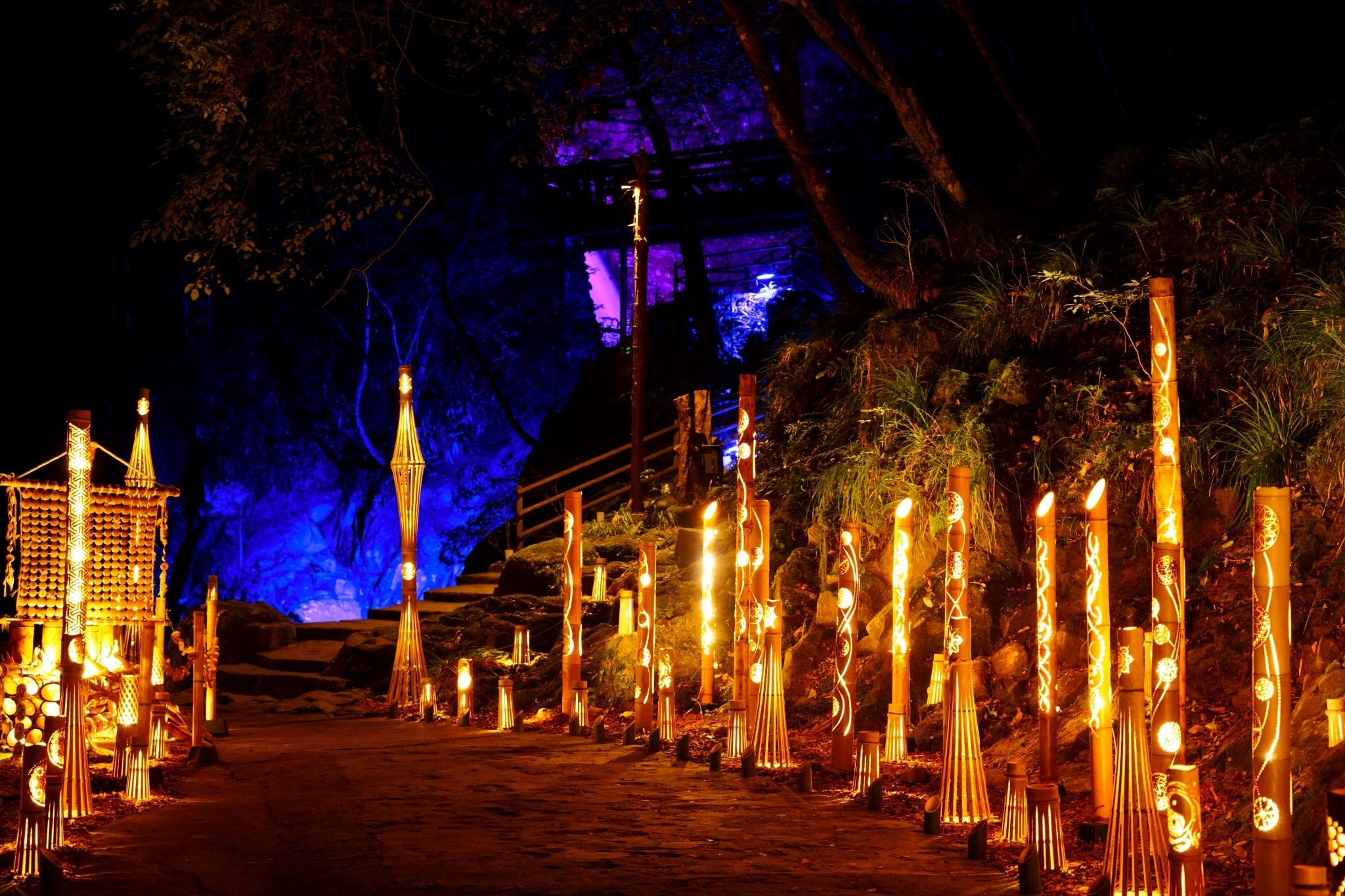 Illumination des cascades à Akame