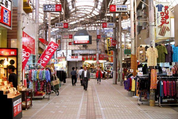 marché naha okinawa makishi marché cuisine local spécialités okinawaïennes restaurant authenticité poisson viande cuisine traditionnelle