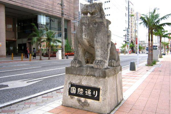 okinawa japon voyage tourisme kokusai street kokusai-doori shisa shopping découverte exotique souvenirs échoppes