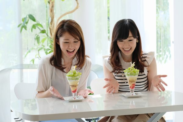 okayama parfait glace fruits japon dessert art culinaire pêche raisin local