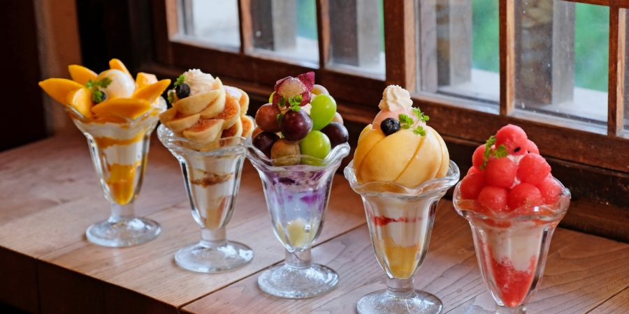 okayama parfait glace fruits japon dessert art culinaire pêche raisin local